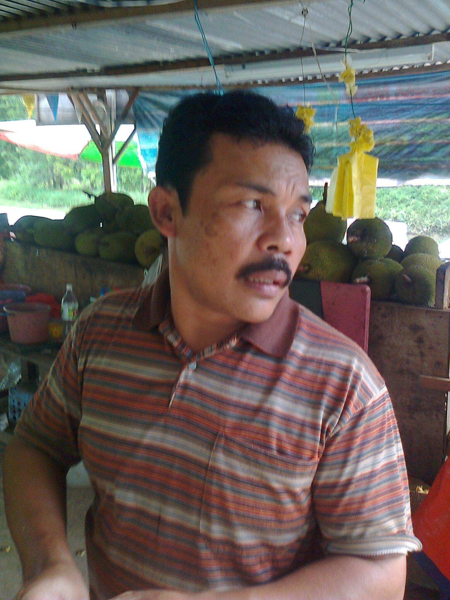 Inilah Kedie,pekerja gerai Nangka Madu 916 yang sangat rajin dan berdedikasi